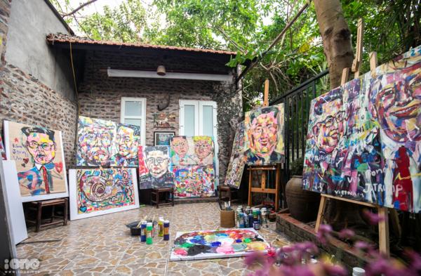 Xưởng vẽ tranh của anh Bình ngay trong không gián quán cà phê. Ảnh: Tùng Đinh