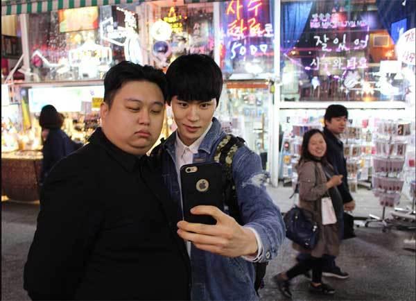 Minyong cố tình cắt tóc, ăn mặc giống Kim Jong-un để gây chú ý.