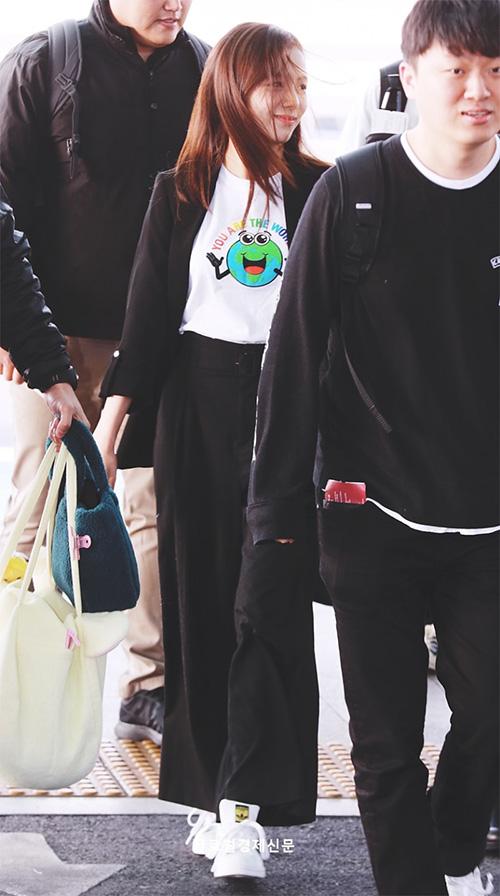 Ji Soo nổi trội nhờ vẻ trong sáng, Sana giấu dáng với quần ống rộng - 2