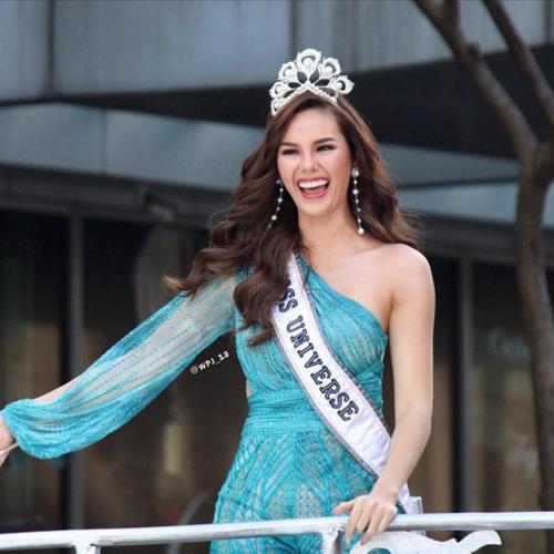 Cô bỏ qua sự cố và tiếp tục ăn mừng chiến thắng cùng người dân Philippines.