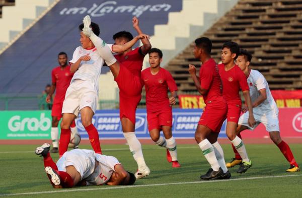 Các cầu thủ U22 Indonesia liên tục phạm lỗi với U22 Việt Nam.