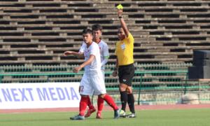 Cầu thủ Indonesia đạp thẳng mặt Văn Đạt vẫn thoát thẻ đỏ