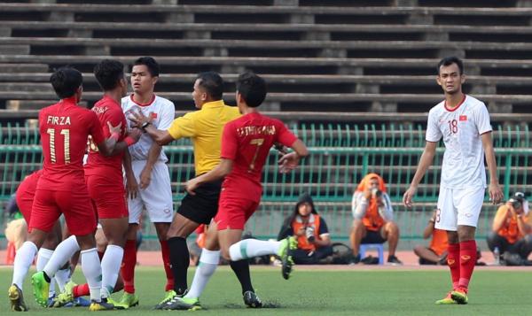 Trận đấu liên tục có những xô xát giữa cầu thủ hai đội. Ảnh: Đức Đồng