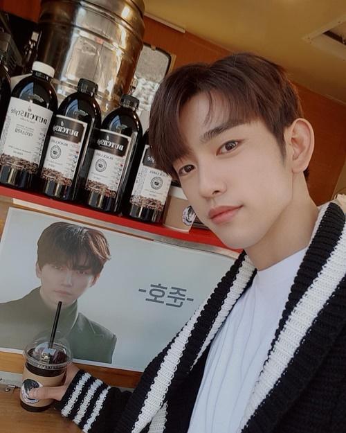 Jin Young (GOT7) cảm ơn đàn anh Jun Ho (2PM) đã gửi xe cà phê đến trường quay.
