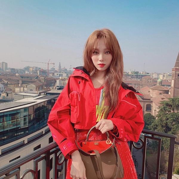Lee Sung Kyung diện cây đỏ nổi bật