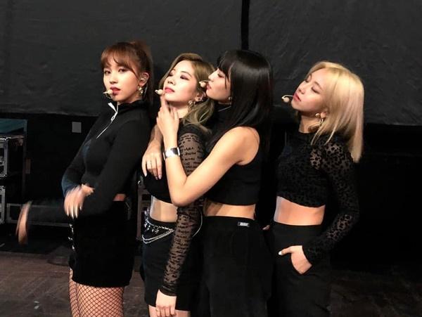 Mina, Da Hyun, Momo và Chae Young đọ cách chất lừ trong hậu trường. Momo không ngại ôm, vuốt mặt Da Hyun tình tứ.