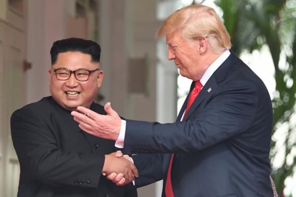 Tổng thống Mỹ Donald Trump và nhà lãnh đạo Triều Tiên Kim Jong Un trong cuộc gặp tại Singapore tháng 6/2018. Ảnh: AFP.