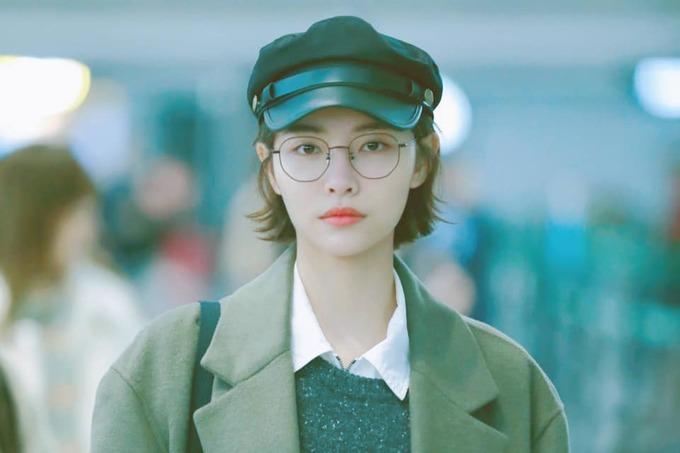 <p> Hứa Giai Kỳ sinh năm 1995 và có gu thời trang đậm chất Hàn. Cô nàng luôn thu hút ánh nhìn khi ra sân bay.</p>