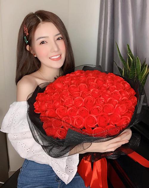 Lilly Luta rạng rỡ khi được nhận cả trăm đóa hoa hồng.