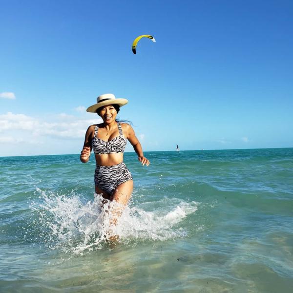 Cô thoải mái chia sẻ những hình ảnh đời thường nóng bỏng trên Instagram cá nhân có 13,3 triệu người theo dõi.