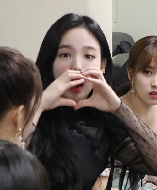 Tấm ảnh mờ nhòe cũng không che giấu nổi vẻ đẹp của các cô gái Twice.
