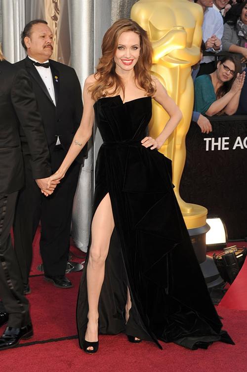 Angelina Jolie với cách tạo dáng bước chân sang ngang huyền thoại đã trở thành nguồn cảm hứng cho rất nhiều cô gái mỗi khi chụp hình với đầm xẻ đùi cao.