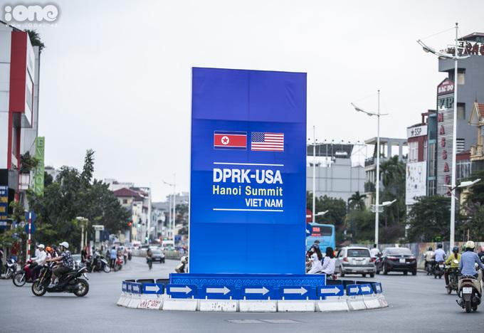 <p> Các khu vực vòng xuyến trên tuyến phố lớn được dựng cụm pa nô lớn chào mừng Hội nghị thượng đỉnh Mỹ - Triều Tiên.</p> <p> </p>
