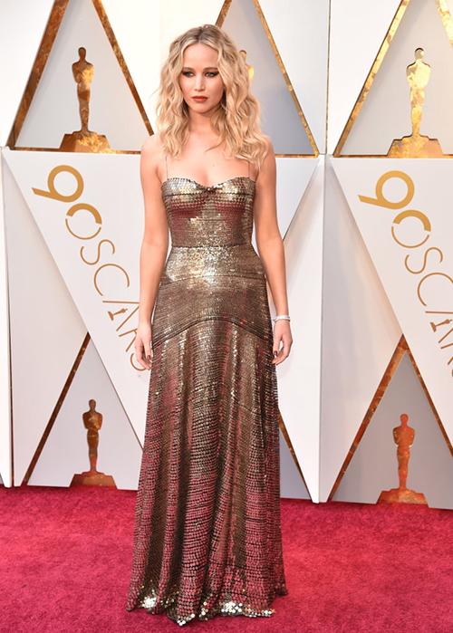 Jennifer Lawrence luôn biết cách giúp mình trở nên nổi bật ở những sự kiện cô tham gia. Tại Oscar 2018, người đẹp được hàng loạt tờ báo đồng loạt bình chọn là nữ hoàng thảm đỏ với cả trang phục và cách làm đẹp đều miễn chê.