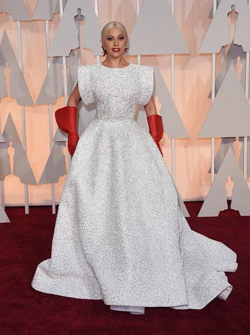 Ở lễ trao giải năm 2015, người đẹp cũng để lại ấn tượng khi diện váy có cấu trúc sáng tạo đi kèm găng tay đỏ.