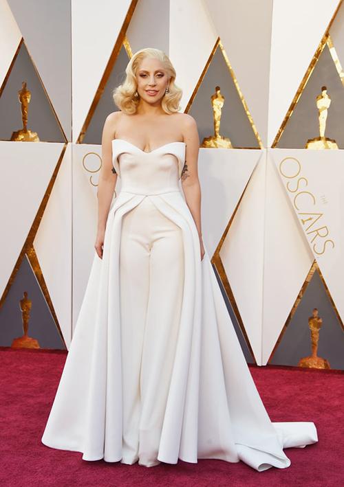 Không cần phải diện những trang phục kỳ quái, hở hang làm quá, Lady Gaga vẫn có thể chiếm spotlight trên thảm đỏ Oscar. Trang phục kết hợp giữa váy dạ hội và quần dài của cô là một trong những bộ cánh ấn tượng nhất lịch sử lễ trao giải này.
