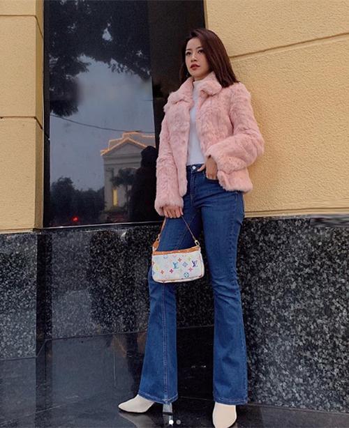 Quần với phần đùi ôm, phần dưới loe không quá rộng, đủ để che bớt một phần giày cao gót tạo cảm giác đôi chân của người đẹp thêm thon dài.