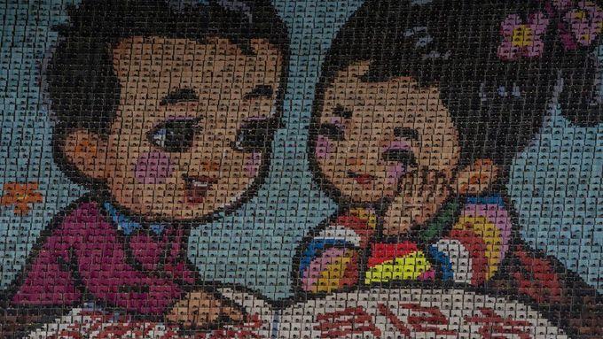 <p> Bức tranh được xếp từ các tấm bìa do 17.490 học sinh thực hiện trong Đại hội thể thao tại Bình Nhưỡng.</p>