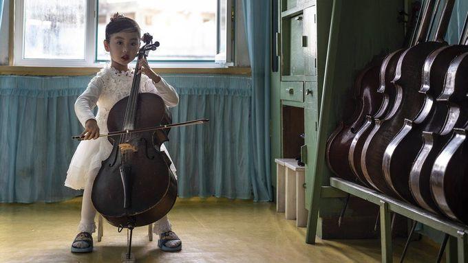 """<p> Khi nhiếp ảnh gia Tariq Zaidi tới Triều Tiên cuối năm ngoái, anh đã cố gắng ghi lại những khoảnh khắc gia đình giữa cha mẹ và con cái, theo <em>BBC. </em>""""Tôi đã tới 8 trong số 9 tỉnh ở Triều Tiên cũng như các trường học, mẫu giáo và trường âm nhạc ở các tỉnh này. Không nhiều người nước ngoài có cơ hội được thăm Triều Tiên và chụp được những bức ảnh như vậy"""", Zaidi tâm sự. Trong ảnh, một bé gái chơi cello trong mẫu giáo Chongnam ở Chongjin, tỉnh Bắc Hamgyong.</p>"""