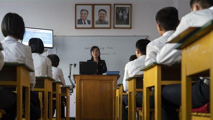 """<p> Giáo viên dạy tiếng Anh ở trường ngoại ngữ Chonjin, Chongjin. """"Rất nhiều sinh viên muốn thể hiện khả năng nói tốt tiếng Anh và một số trường khuyến khích khách tham quan nói chuyện với những sinh viên giỏi về bất kỳ chủ đề gì họ muốn"""", Zaidi cho biết.</p>"""