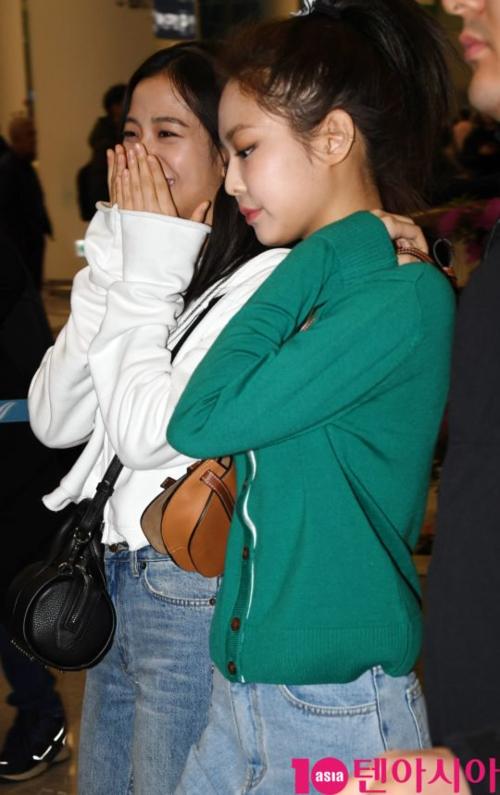 Nhìn qua thì tưởng Jennie đang khó chịu về điều gì đó...