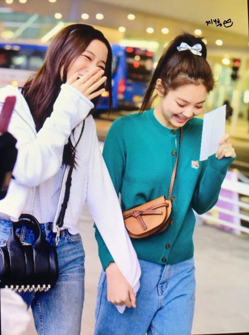 Jennie - Ji Soo xuất hiện ở sân bay: Người được khen thiên thần, kẻ bị chê khó ở - 4