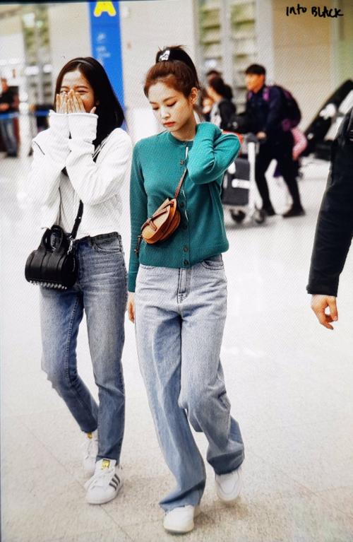 Ji Soo - Jennie đi cạnh nhau tại sân bay Incheon sáng 25/2.