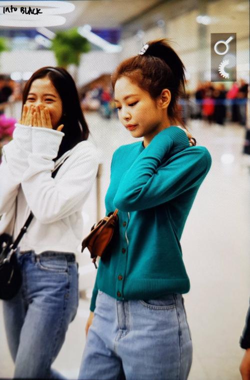 Ji Soo tươi cười rạng rỡ còn Jennie liên tục cúi mặt tránh ánh ống kính máy ảnh.