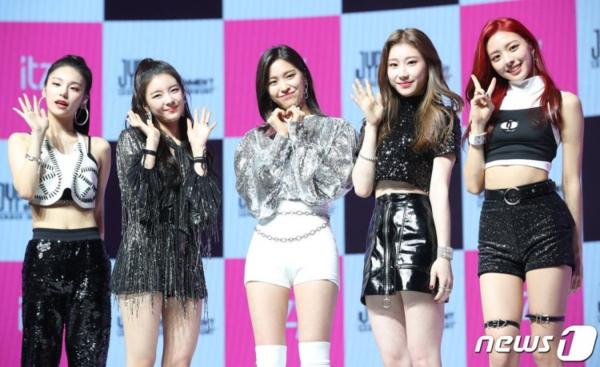 Nhiều ý kiến cho rằng Chae Ryeong (thứ 2 từ phải qua) là lỗ hổng visual trong nhóm.