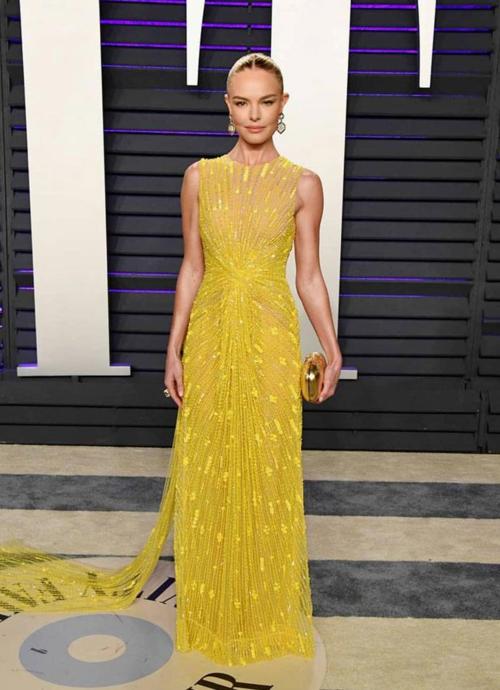 Trong tiệc hậu Oscar do tạp chí Vanity Fair tổ chức, diễn viên Kate Bosworth diện váy vàng đính kim sa nổi bật.