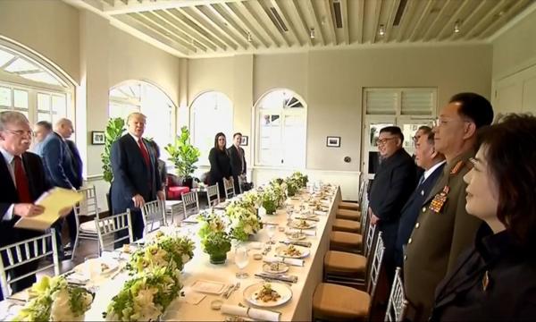 Tổng thống Mỹ Donald Trump và Chủ tịch Triều Tiên Kim Jong-un dùng bữa trưa tạiHội nghị Thượng đỉnh lần một ở Singapore tháng 6/2018. Ảnh: Reuters.