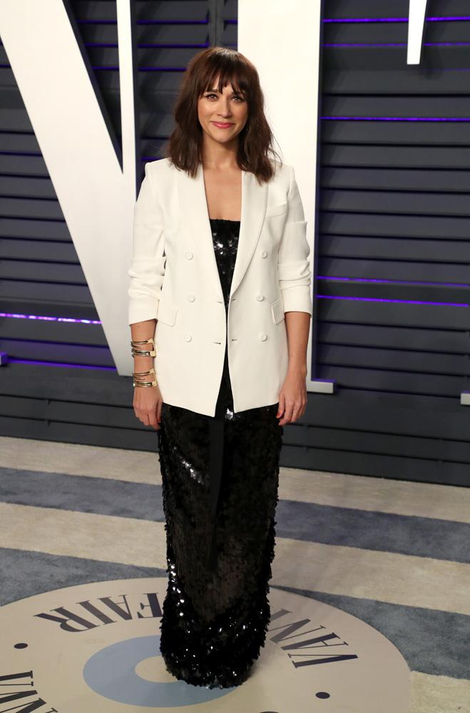 <p> Rashida Jones phối đầm dạ hội đính sequin cùng áo vest trắng.</p>
