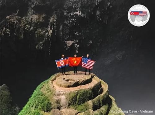 Quốc kỳ Việt - Mỹ - Triều trong hang Sơn Đoòng. Nguồn: FB Oxalis.