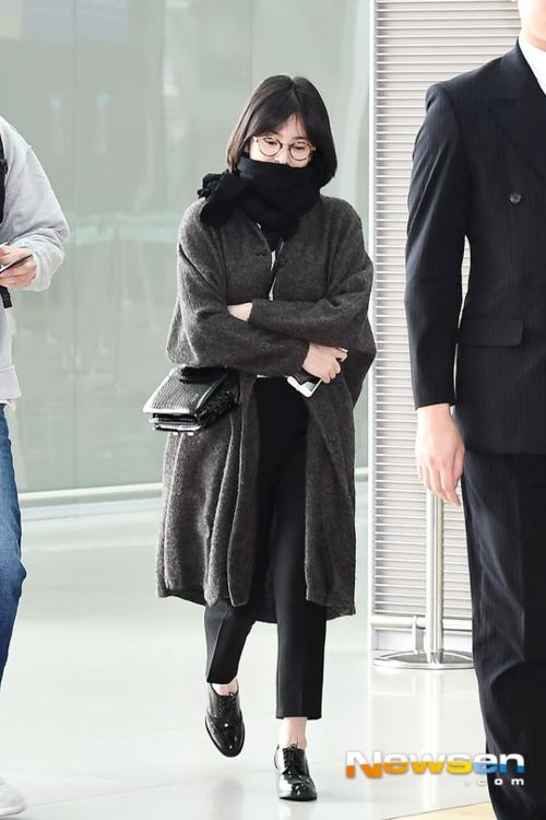 ...và Song Hye Kyo đều xuất hiện riêng lẻ, không đeo nhẫn cưới.