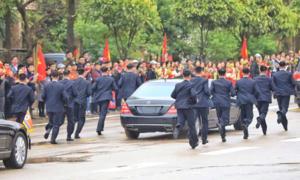 Dàn cận vệ vest đen 'nhanh như đạn' hộ tống ông Kim Jong-un đến Việt Nam