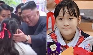 Bé gái Hà Nội được Chủ tịch Kim Jong-un ân cần vuốt má