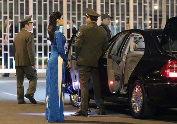 Phương Linh chọn áo dài xanh khi tặng hoa cho Tổng thống Mỹ. Ảnh: Võ Hải.
