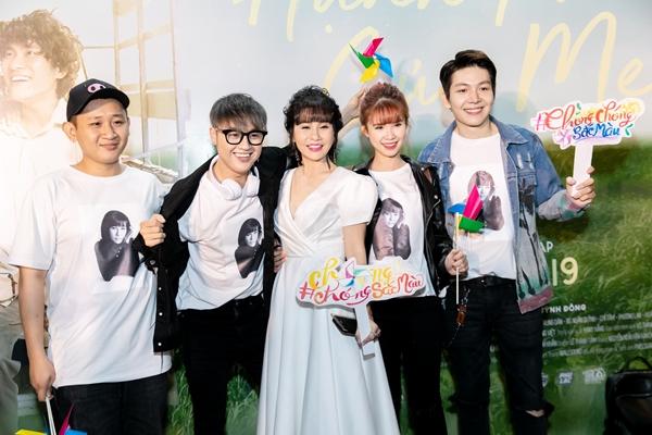 Khởi My - Kelvin Khánh và Thanh Duy là những học trò vui tính của Cát Phượng ở Lớp học vui nhộn.