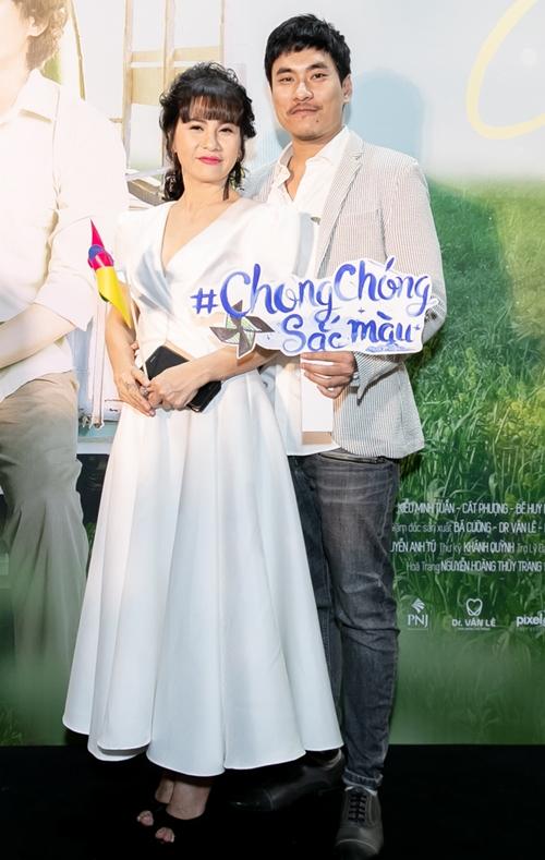 Tối 26/2, phim điện ảnh Hạnh phúc của mẹ chính thức công chiếu tại TP HCM. Là diễn viên chính của phim, Cát Phượng - Kiều Minh Tuấn có mặt từ sớm. Nữ diễn viên diện đồ lộng lẫy sánh đôi ngọt ngào bên bạn trai