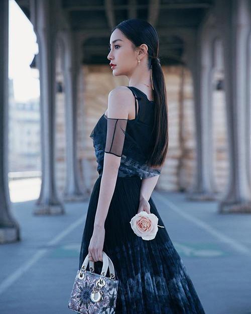 Sau show diễn, người đẹptranh thủ tạo dáng khoe nhan sắc ngọt ngào trong thời tiết sang xuân ở Paris.