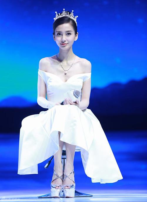 Trang phục hở vai, cánh tay là kiểu đồ quen thuộc khi đi sự kiện của người đẹp, dù những thiết kế này chưa thực sự phù hợp vóc dáng.