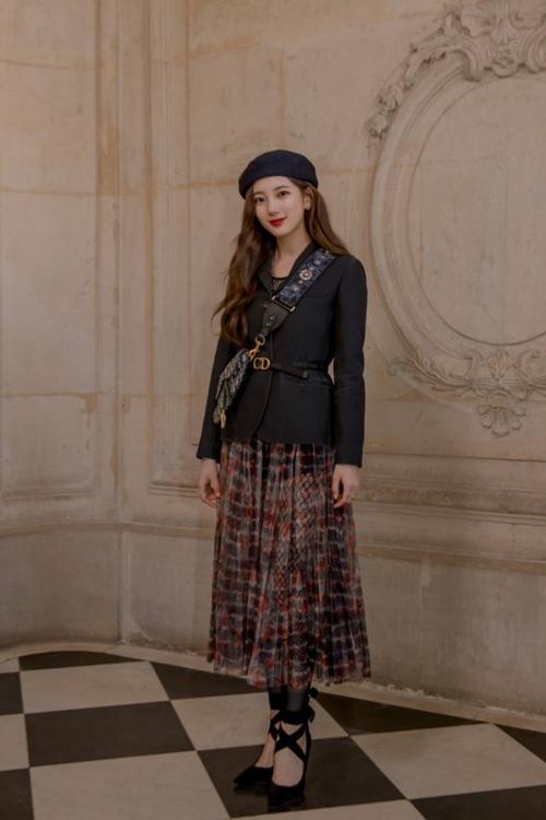 Suzy khoe vẻ đẹp không góc chết tại Paris Fashion Week - 3