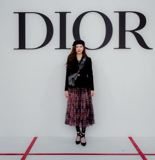 Suzy khoe vẻ đẹp không góc chết tại Paris Fashion Week