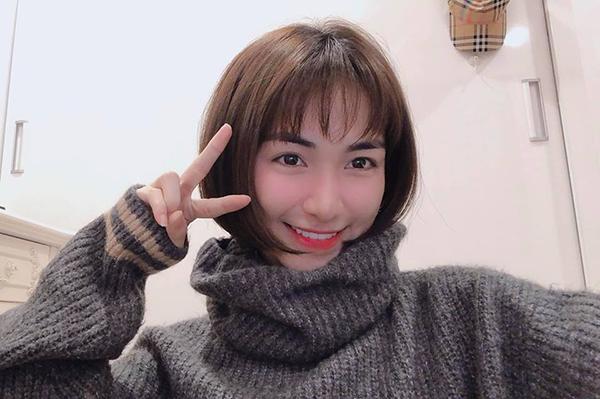 Hình ảnh mới của Hòa Minzy với mái tóc ngắn khiến khán giả bất ngờ. Kiểu tóc bum bê mái thưa, ôm cụp vào gương mặt giúp nữ ca sĩ trông rất trẻ trung và đáng yêu.