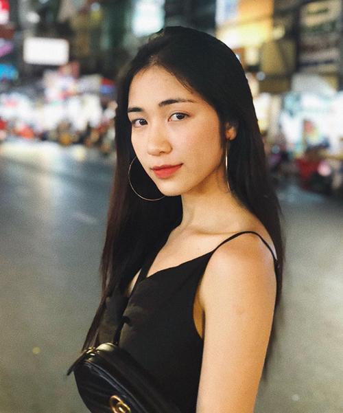 Vài năm gần đây, Hòa Minzy theo đuổi phong cách âm nhạc trưởng thành hơn nên vì thế mà cũng ưa chuộng tóc dài. Cô nàng thường để tóc thẳng mái giữa...