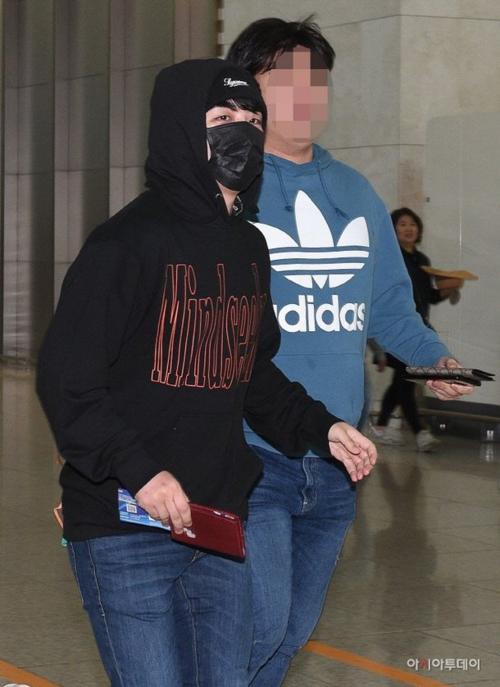 Ngày 22/2, Seung Ri lần đầu lộ diện sau vụ bê bối tại Burning Sun nơi anh từng giữ chức giám đốc điều hành.