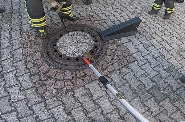 Họ quyết định nhờ sự giúp đỡ của đội lính cứu hỏa để nhấc miệng cống lên và cứu chuột béo ra ngoài.