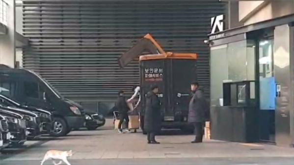 Các nhân viên di chuyển một lượng lớn thùng các tông vào xe tải trước khi mang đi tiêu hủy.
