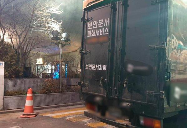 Vào khoảng 6 giờ 35 phút sáng 28/2, một chiếc xe tải 2 tấn đỗ trước tòa nhà YG.