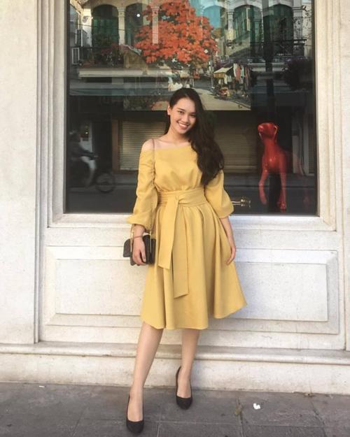 Linh Chi tỏ ra khá tự tin với ngoại ngữ, cô cũngthường xuyên viết chú thích bằng tiếng Anh cho các bài đăng trên trang cá nhân.